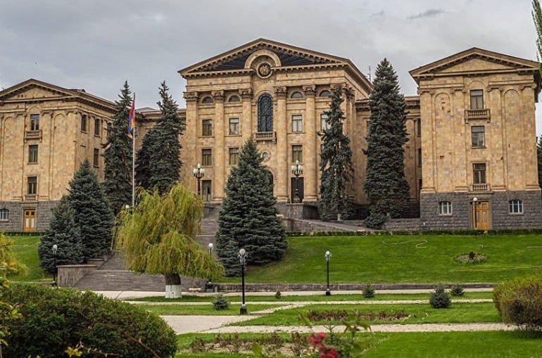 En una reunión extraordinaria el viernes, el parlamento de Armenia adoptó en primera lectura las enmiendas al Código Penal, que presupone introducir la responsabilidad penal por insultos y agravios graves.