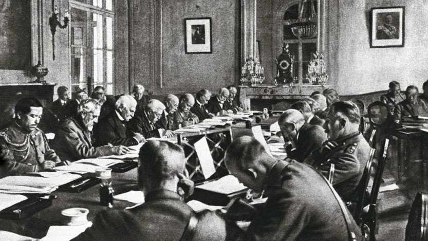 Damat Ferid Pasha firma el Tratado de Sèvres.