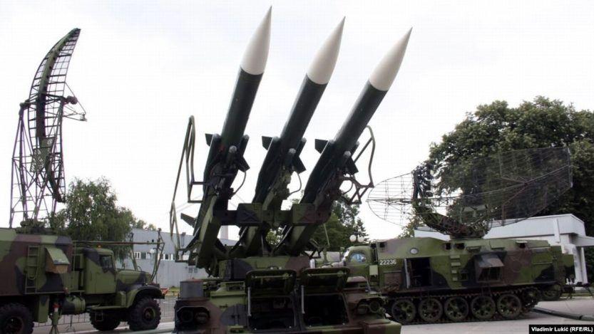 El gobierno de Serbia reconoció el martes que las compañías privadas de defensa suministraron armas a Armenia