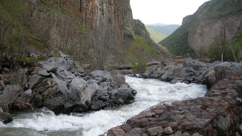 """El Ministerio de Medio Ambiente describió hoy como """"catastrófica"""" la situación ambiental del río Yeghegis, en donde están 17 pequeñas centrales hidroeléctricas que pertenecen a varios políticos. Analizarán una por una los permisos."""